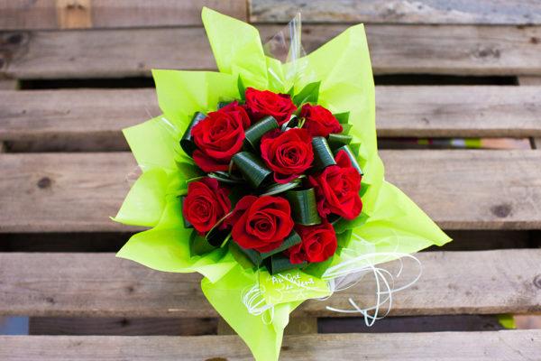 Fleuriste créatif.Bouquet roses rouges pour les particuliers et entreprises.
